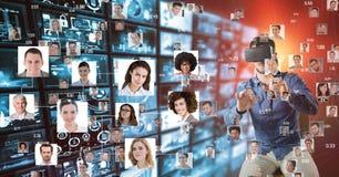 Mens die het vliegen portretten op VR-glazen bekijken stock afbeeldingen