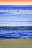 Mens die in het water zwemt stock foto