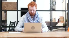 Mens die, het Werk en het Sluiten Laptop openen stock videobeelden