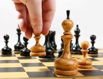 Mens die het witte pand maken zich in een schaakspel bewegen stock foto's