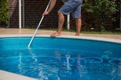 Mens die het zwembad met stofzuiger, close-up schoonmaken Royalty-vrije Stock Afbeeldingen