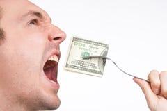 Mens die honderd dollarsrekening dicht omhoog eet Royalty-vrije Stock Foto's