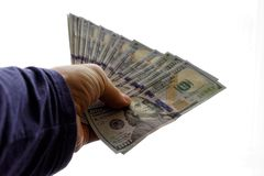 Mens die honderd dollarsrekeningen overhandigen stock foto's