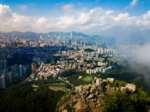 Mens die Hong Kong-stads van mening van de antenne van de Leeuwrots genieten royalty-vrije stock afbeeldingen