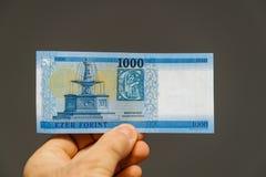 Mens die Hongaars Forint houden Stock Afbeelding