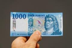 Mens die Hongaars Forint houden Stock Foto