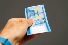 Mens die Hongaars Forint houden Royalty-vrije Stock Foto's