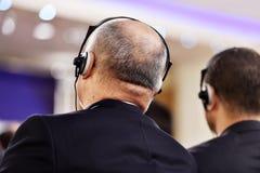 Mens die hoofdtelefoons voor vertaling met behulp van royalty-vrije stock foto's