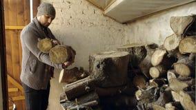 Mens die hout van oude schuur nemen stock footage