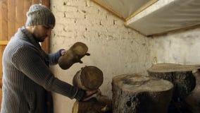 Mens die hout van oude schuur nemen stock video