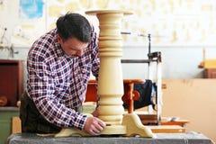 Mens die houtbewerking in een timmerwerk doen royalty-vrije stock afbeeldingen