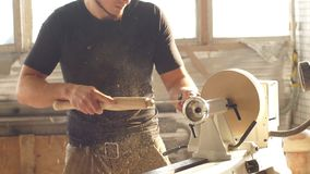 Mens die houtbewerking in timmerwerk doen Het timmermanswerk aangaande houten plank in workshop Concept kleine onderneming stock videobeelden