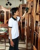 Mens die houten meubilair schoonmaakt Stock Fotografie