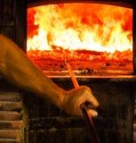 Mens die Houten Oven voor Pizza voorbereidt Royalty-vrije Stock Afbeelding