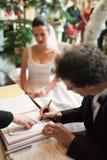Mens die huwelijksdocumenten ondertekent Royalty-vrije Stock Foto