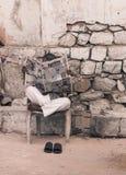 Mens die Indische krant op de straat lezen stock fotografie