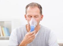 Mens die inhalatie doen royalty-vrije stock foto's