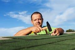Mens die installerend de dakspanen van het bitumendak eindigen Stock Afbeeldingen