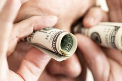 Mens die investering zoekt zijn geld Royalty-vrije Stock Afbeeldingen