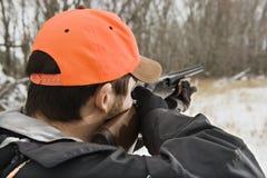 Mens die jachtgeweer streeft. royalty-vrije stock fotografie
