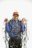 Mens die in kabels wordt verpakt. Stock Foto's