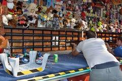 Mens die kandelaars schieten bij de markt van Gent Royalty-vrije Stock Afbeeldingen