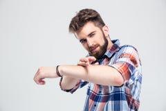 Mens die kanongebaar met handen tonen Stock Fotografie