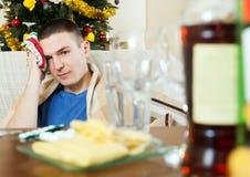 Mens die kater na Nieuwe jaarpartij hebben Stock Foto