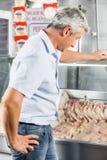 Mens die Kippenvlees kiezen bij Slachterij royalty-vrije stock foto