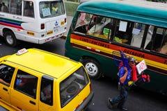 Mens die kleine goederen op Lima straat in Peru saleing royalty-vrije stock foto