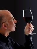 Mens die kleur in wijn waarneemt stock afbeeldingen