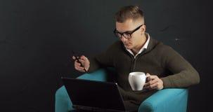 Mens die koffie hebben zoals werkend stock videobeelden