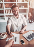 Mens die in koffie werkt royalty-vrije stock afbeeldingen
