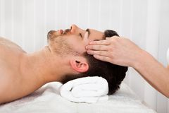 Mens die kuuroordbehandeling krijgen royalty-vrije stock foto