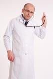 Mens die in laboratoriumlaag door een stethoscoop luistert Royalty-vrije Stock Afbeelding