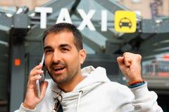 Mens die lacky in orde een taxi van zijn celtelefoon voelen Royalty-vrije Stock Fotografie