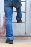 Mens die ladder beklimmen royalty-vrije stock afbeelding