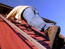Mens die Ladder beklimt Royalty-vrije Stock Foto's