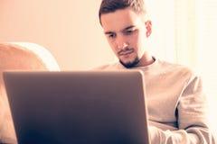 Mens die laptop computer met behulp van Royalty-vrije Stock Afbeeldingen