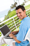 Mens die laptop met behulp van Royalty-vrije Stock Afbeelding