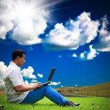Mens die laptop met behulp van royalty-vrije stock fotografie