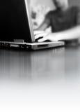 Mens die Laptop met behulp van Stock Afbeeldingen