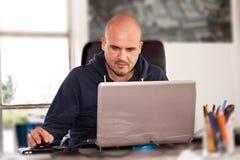 Mens die Laptop met behulp van Stock Foto