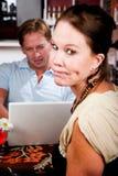 Mens die laptop met behulp van die zijn datum in koffiehuis negeert royalty-vrije stock afbeeldingen
