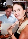 Mens die laptop met behulp van die zijn datum in koffiehuis negeert Stock Foto's