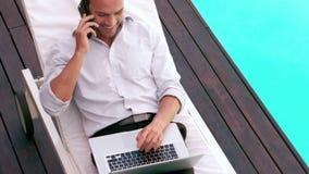 Mens die laptop op zonlanterfanter met behulp van stock videobeelden