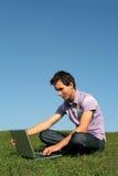 Mens die laptop in openlucht met behulp van Royalty-vrije Stock Afbeeldingen