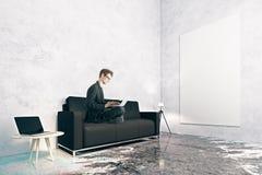 Mens die laptop in ruimte met behulp van Stock Afbeelding