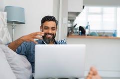 Mens die laptop voor videogesprek met behulp van stock foto