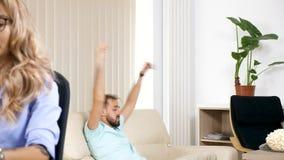 Mens die lawaai maken en op TV letten stock videobeelden